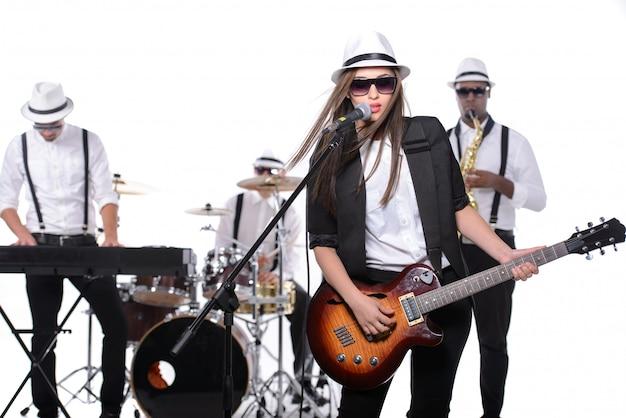 Группа музыкантов с инструментами Premium Фотографии