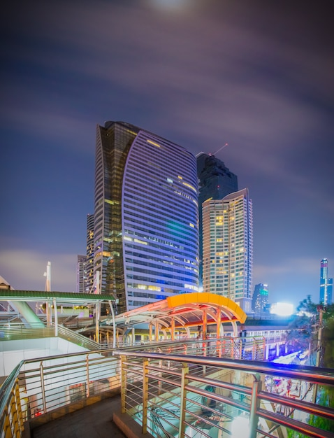 Bangkok - march 5 2017 : public skywalk with building architecture style modern of business area in bangkok. this place is very popular that tourists like to take photos of modern architecture Premium Photo