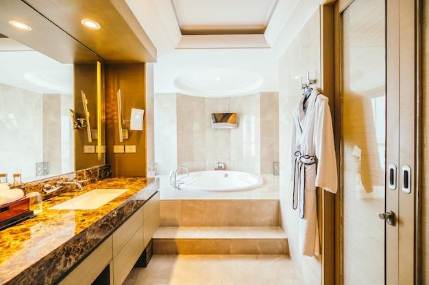 BANGKOK, THAILAND - AUGUST 12 2016: Beautiful luxury bathroom in Free Photo