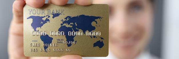Банковская кредитная карта на фоне улыбающейся женщины. Premium Фотографии