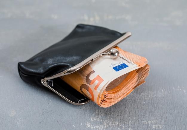 石膏テーブルに財布の紙幣。 無料写真