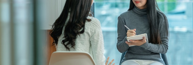 アジアの女性プロ心理学者医師のバナー Premium写真