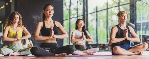 Баннер, веб-страница или шаблон обложки группы йоги, занимающейся разнообразием Premium Фотографии