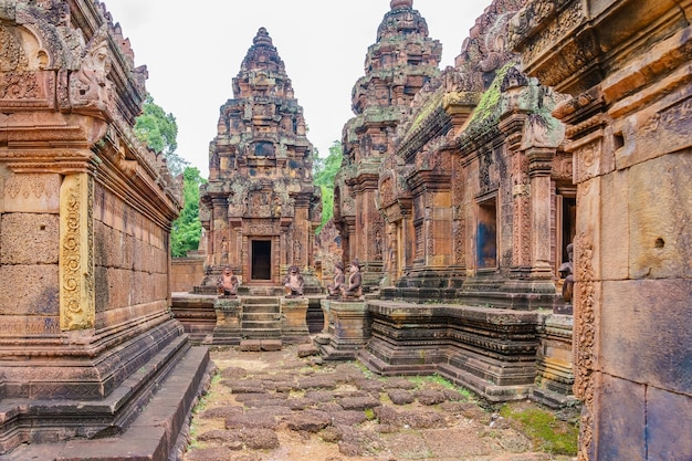 Banteay srei - a 10th century hindu temple dedicated to shiva. Premium Photo