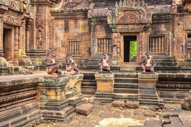 Храм бантей срей в ангкор-ват в сием рипе, камбоджа Premium Фотографии