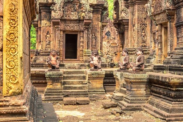 Храм бантей срей в ангкор-ват в сием рипе Premium Фотографии