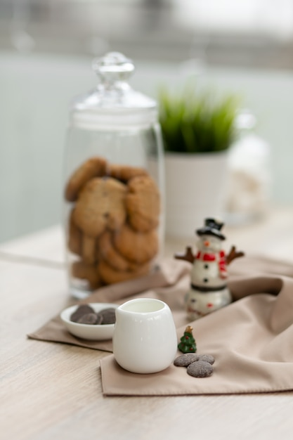 Bar counter in a coffee shop with christmas' decorations, cookies, sweets and coffee Premium Photo