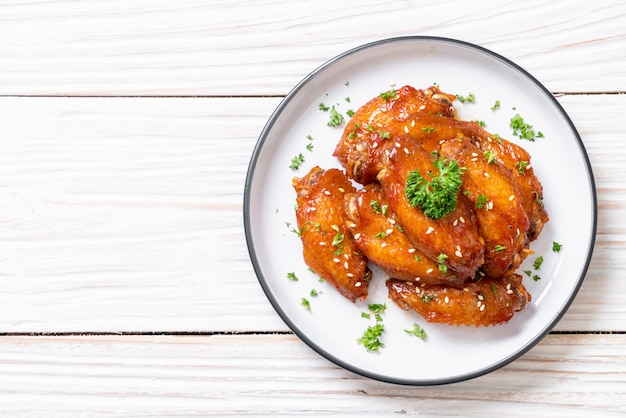 Barbecue chicken wings with white sesame Premium Photo