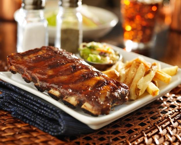 Ребрышки барбекю и картофель на тарелке Premium Фотографии