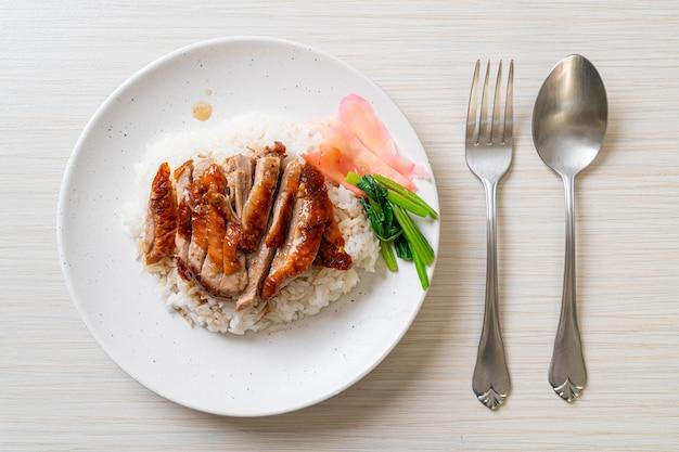 ご飯に鴨のバーベキュー焼き Premium写真