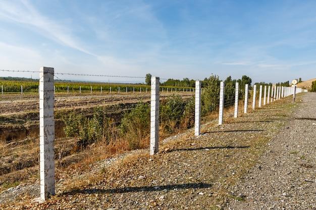Забор из колючей проволоки | Премиум Фото