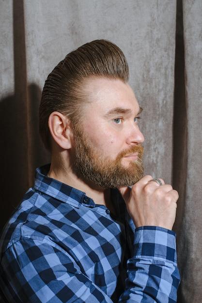 Парикмахерская, мужчина с бородой, парикмахерская. красивые волосы и уход, парикмахерская для мужчин. профессиональная стрижка, ретро прическа и укладка. обслуживание клиентов. Premium Фотографии