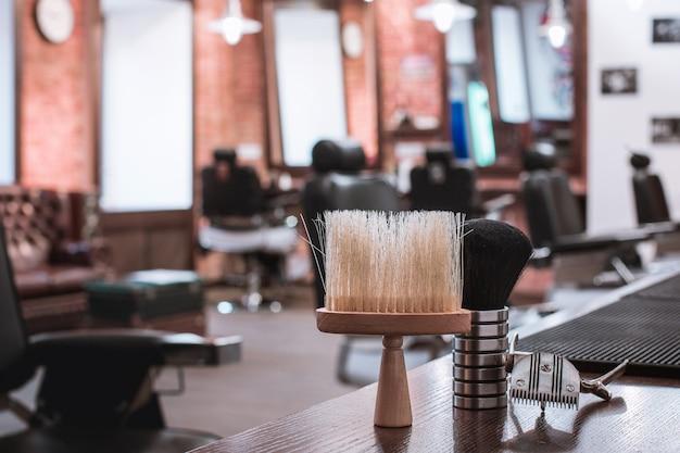 Attrezzatura del negozio di barbiere su di legno. Foto Gratuite
