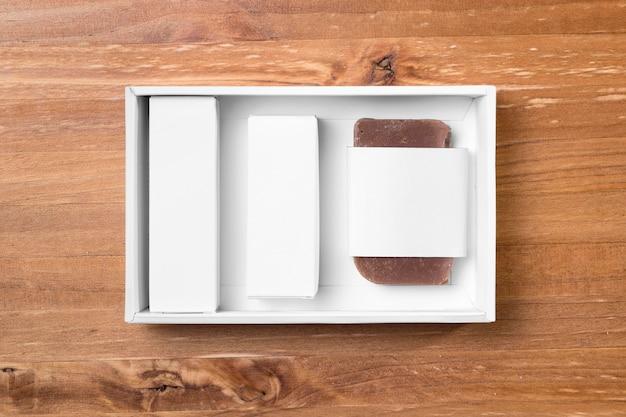 Инструменты для ухода за парикмахерской на деревянной доске Бесплатные Фотографии