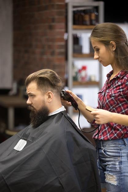 Barber woman making haircut Free Photo