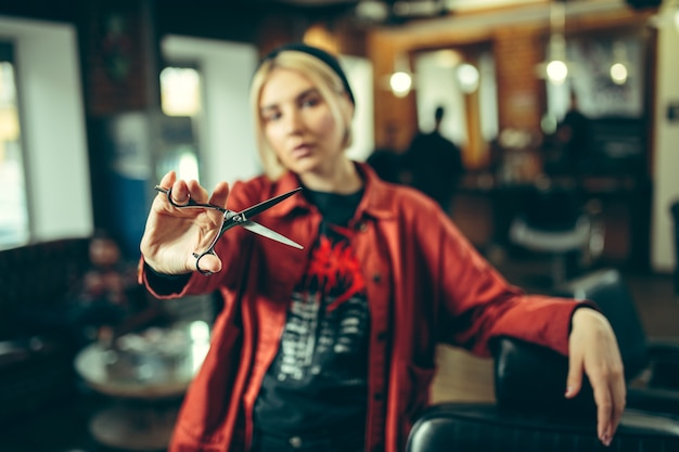Barbiere. barbiere femminile al salone. parità dei sessi Foto Gratuite