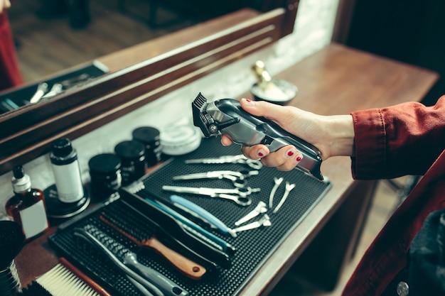 Barbiere. barbiere femminile al salone. Foto Gratuite