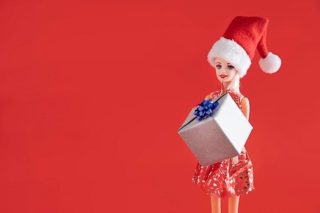 コピースペース付きギフトを保持しているバービー人形 Premium写真
