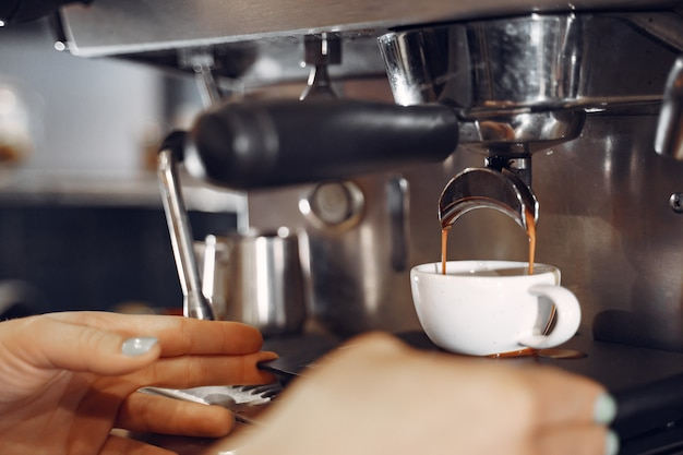 Бариста кафе делает концепцию приготовления кофе Бесплатные Фотографии