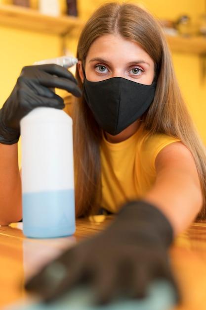 Pulizia barista con disinfettante Foto Gratuite