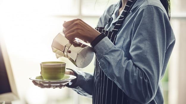 Barista making espresso,  americano, cappuccino, latte, mocha, and preparing coffee drink. Premium Photo