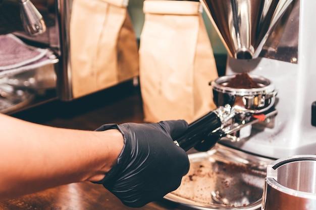 Женщины barista используют кофемашину для приготовления кофе в кафе Premium Фотографии
