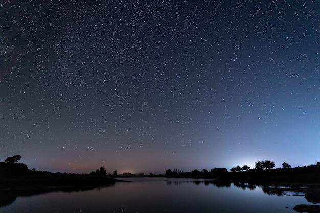 Barruecosの自然地区での夜の写真。エストレマドゥーラ。スペイン。 Premium写真