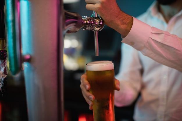 Бармен наливает пиво из барного насоса Бесплатные Фотографии