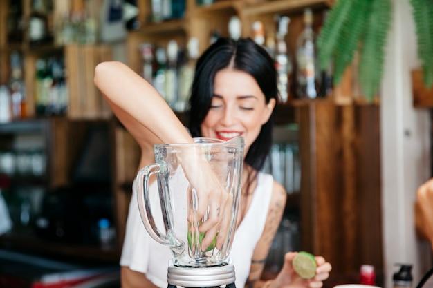 Смешанный коктейль bartender Бесплатные Фотографии