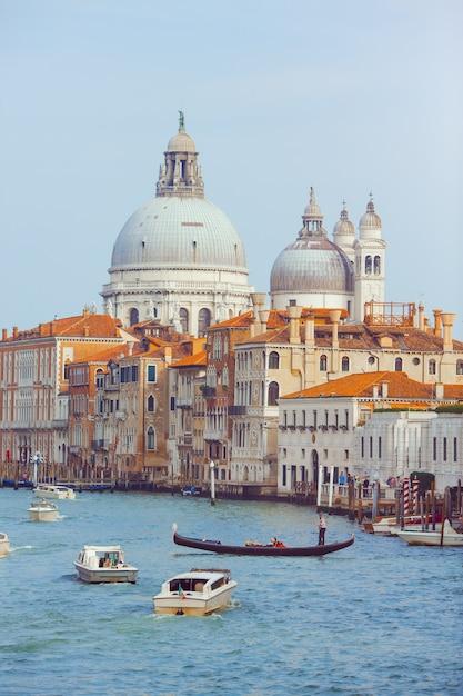 サンタマリアデッラサルーテ大聖堂、ヴェネツィア、イタリア。ゴンドラとボートで大運河を造園します。 Premium写真