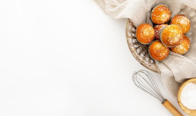 Cesto pieno di cupcakes copia spazio Foto Gratuite