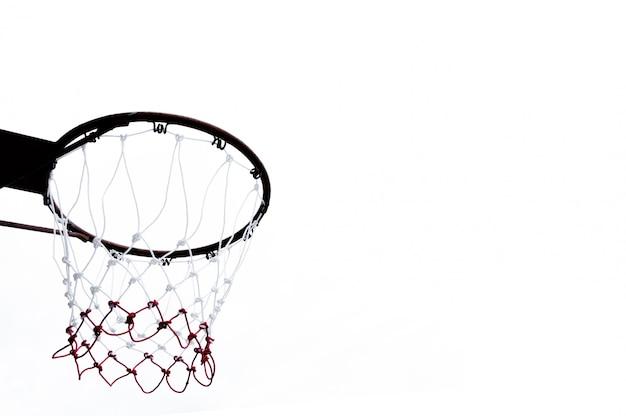 Баскетбольное кольцо, вид снизу на белом фоне Premium Фотографии