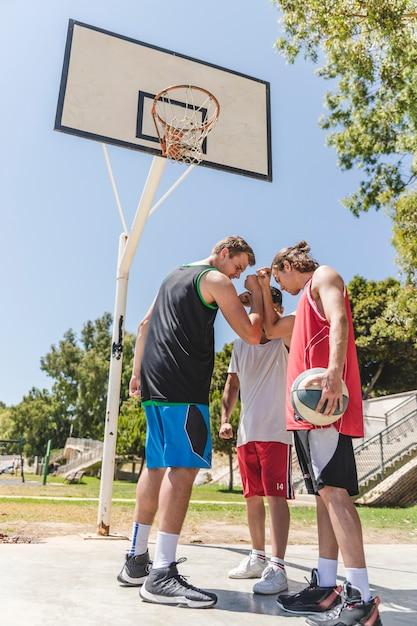 Basketball player having team talks Free Photo