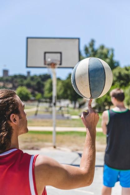 Баскетболист вращается на пальце Бесплатные Фотографии