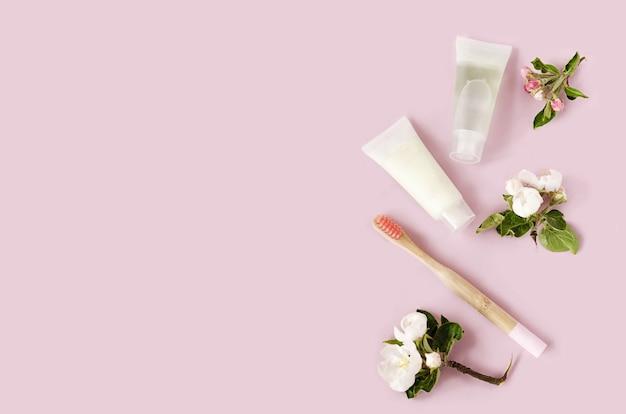 Аксессуары для ванной, бамбуковые зубные щетки, зубная паста на натуральных травах в экологически чистом доме. нулевые отходы. Premium Фотографии