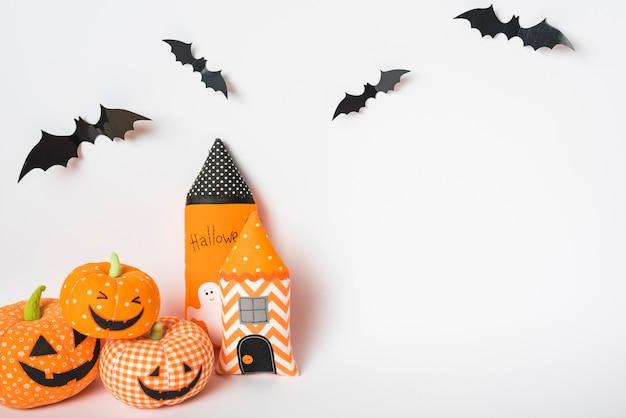 장난감 타워와 잭 오 랜턴에 박쥐 프리미엄 사진