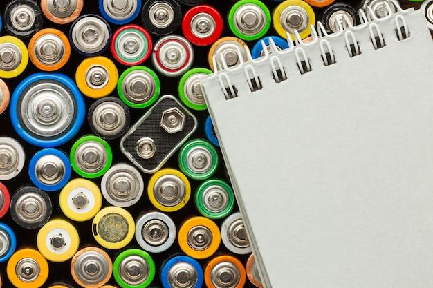 Rifiuti di inquinamento della batteria e blocco note copia incolla Foto Gratuite
