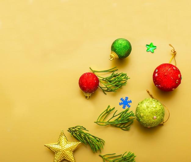 装飾されたクリスマスツリーの背景からぶら下がっている赤いbaubleの拡大 Premium写真