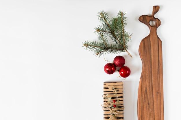 モミの木の枝とbaublesとギフトボックス 無料写真