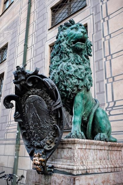 Статуя баварского льва в мюнхенском резиденции Premium Фотографии