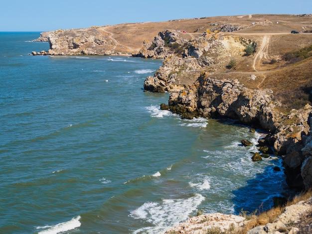 日没フィヨルド。届きにくい野生のビーチ。夕暮れ時の海の野生bayfjordアクセスできない野生のビーチの下 Premium写真