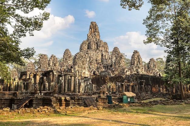 Храм байон в ангкор-ват в сием рип, камбоджа Premium Фотографии