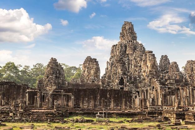 Храм байон в ангкор-ват в сием рипе Premium Фотографии