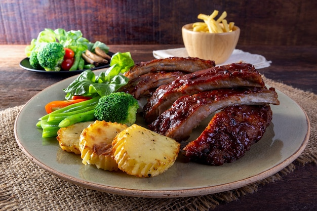 Bbq grilled ribs with vegetables Premium Photo