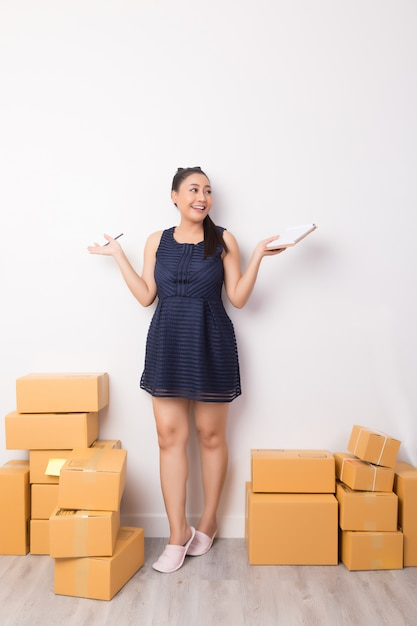 Bbusiness owner working with boxes Free Photo