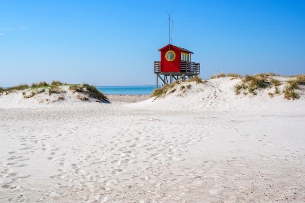 Спасатель пляжа на пляже skanor в falsterbo, skane, швеции. шведская летняя концепция Premium Фотографии