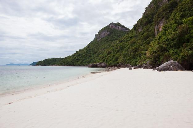 Пляж на тропическом острове. чистая голубая вода, песок, облака. Бесплатные Фотографии