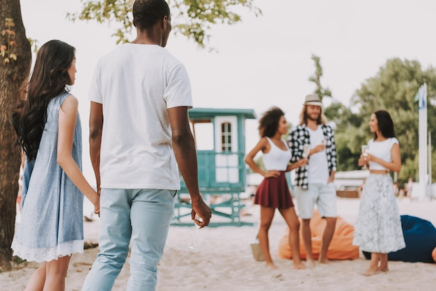 Beach party multiracial friends romantic couple Premium Photo