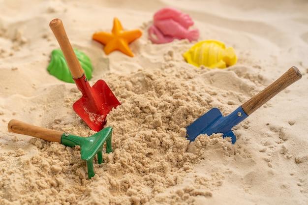 Пляжные игрушки на песке летом. Premium Фотографии