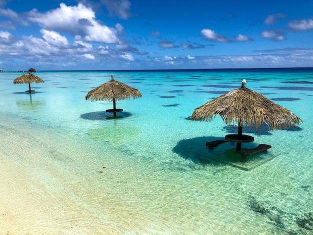 ファカラワラグーンのビーチパラソル 無料写真
